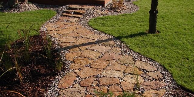 Nietypowy Okaz Ścieżka z kamienia w ogrodzie. Praktyczny poradnik. GK75