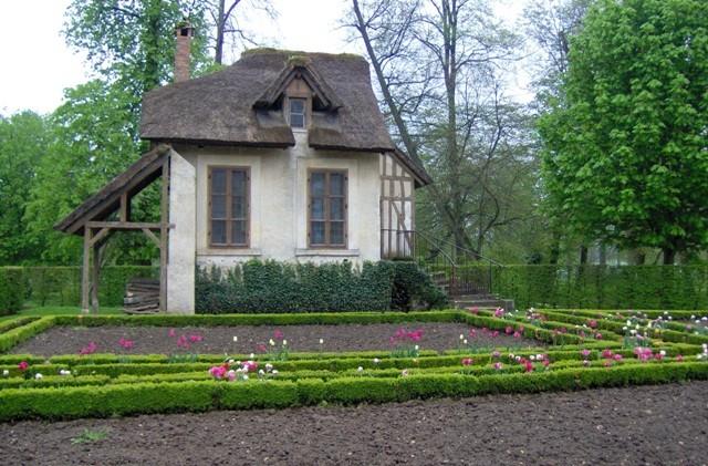 warzywnik gotowy do zasiewów w historycznej `wiosce Marii Antoniny` Hameau (Trianon, Wersal)