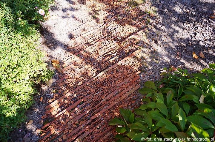 ścieżka z dachówki